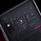 Xiaomi Mi 8 Pro con su carcasa transparente atrae miradas por fuera y por dentro