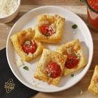 Hojaldritos de queso grana padano, tomate y albahaca