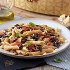 Pasta pluma con berenjenas, aceitunas negras, tomate fresco, albahaca y grana padano riserva