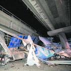 Greu un camioner en caure per un pont de l'AP-7 a Castelló