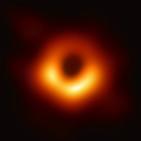 """""""A singularidade dun burato negro é Marie Kondo"""". A foto de M87 con Javier Mas e José Luis Gómez"""