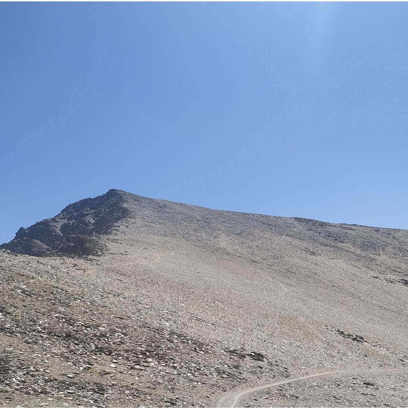 28.- Mochileros en el Mulhacén y el Veleta (desde la Hoya de la Mora).