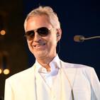 Andrea Bocelli, famoso cantante con discapacidad visual.